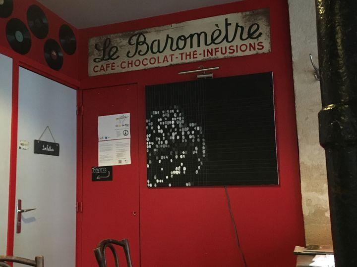 """L'oeuvre d'art de l'association de """"13 or de vie"""", dans le bar Le Baromètre à Paris, photographiée le 9 novembre 2016. (ELISE LAMBERT/FRANCEINFO)"""
