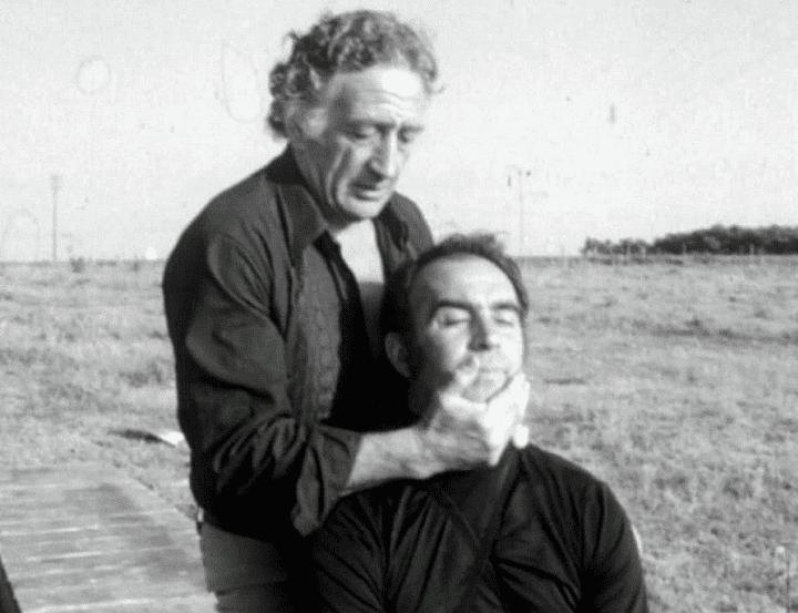 L'acteur-cascadeur Henri Cogan masse Rémy Julienne lors d'une séance de relaxation  (Capture d'écran / France 3)