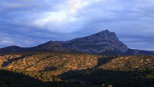 La montagne Sainte-Victoire, dans les Bouches-du-Rhône, en janvier 2020. (MOIRENC CAMILLE / HEMIS.FR / AFP)