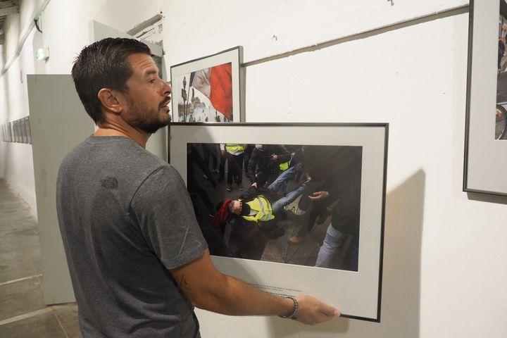 """Une exposition consacrée au travail d'Olivier Coret sur les """"gilets jaunes"""". (RAYMOND ROIG / AFP)"""