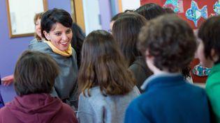 La ministre de l'Education nationale, Najat Vallaud-Belkacem, face aux élèves du collège Paul-Bert, à Malakoff (Hauts-de-Seine), le 11 février 2015. (FRANCOIS LAFITE / MAXPPP)
