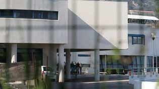 Les policiers se positionnent près du lycée Tocqueville de Grasse (Alpes-Maritimes), le 16 mars 2017. (VALERY HACHE / AFP)