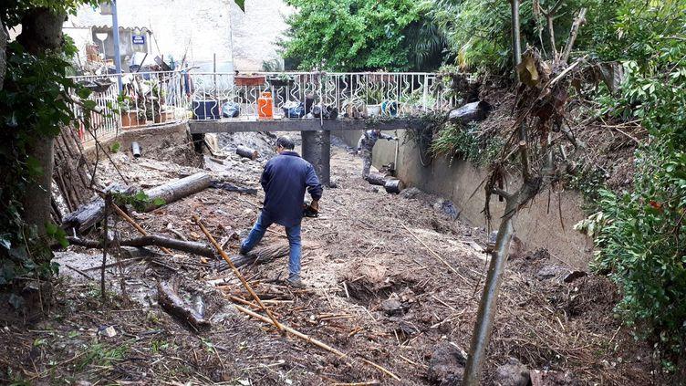 A Bouilhonnac près de Trèbes, dans l'Aude, les pompiers et des bénévoles aident les habitants à nettoyer et sauver ce qui peut l'être le 16 octobre 2018. (BENJAMIN MATHIEU / RADIO FRANCE)