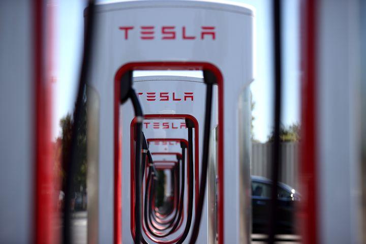 Des bornes de recharges de la marque Tesla, en septembre 2019, en Californie. (JUSTIN SULLIVAN / GETTY IMAGES NORTH AMERICA)