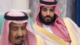 Le prince héritier Mohammed ben Salmane (à droite), et son père le roi Salmane d'Arabie saoudite, lors d'une réunion à La Mecque, le 11 juin 2018. (BANDAR AL-JALOUD / SAUDI ROYAL PALACE / AFP)