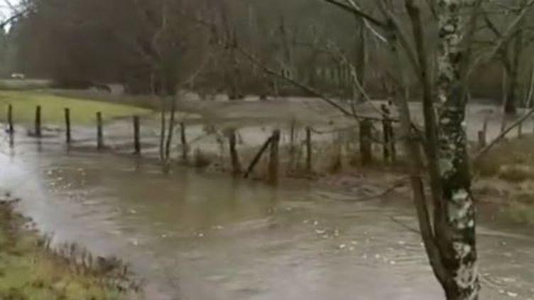 Saône-et-Loire : un octogénaire disparaît près d'une rivière en crue (FRANCE 3)