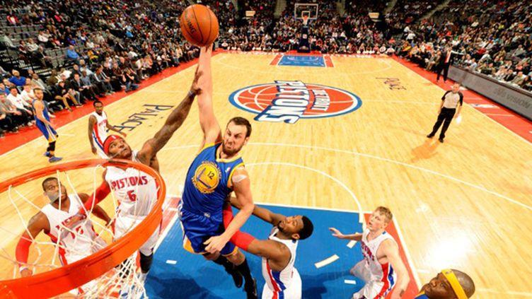 Andrew Bogut à l'attaque du panier face aux Pistons (DAN LIPPITT / NBAE / GETTY IMAGES)