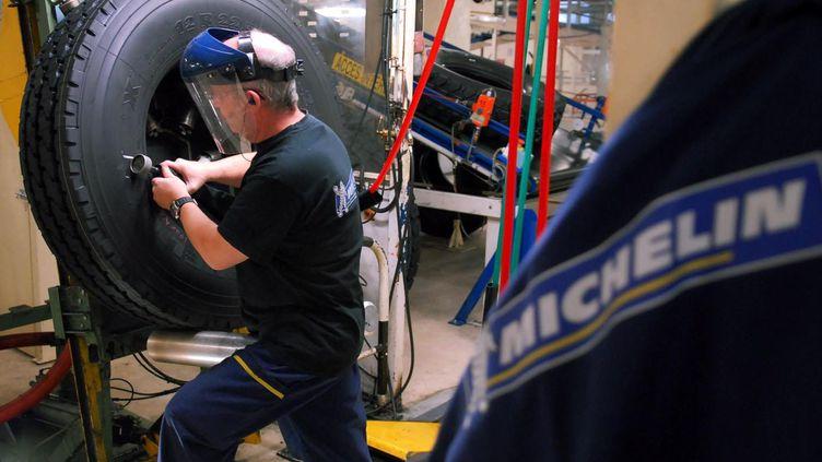 Un employé de l'usine Michelin de Joué-lès-Tours (Indre-et-Loire), qui fabrique des pneus pour poids lourds. (MAXPPP)