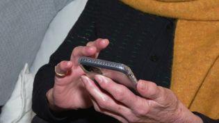 Les personnes de plus de 75 ans sont peu nombreuses à utiliser un smartphone. (FRANCEINFO)