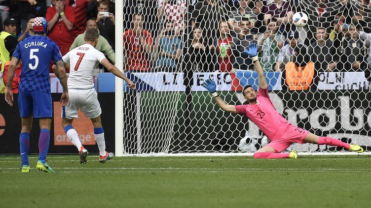 Le Tchèque Tomas Necid marque le penalty de l'égalisation contre la Croatie.  (JEFF PACHOUD / AFP)