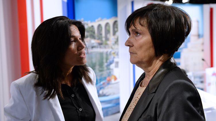 La sénatrice socialiste Samia Ghali (G) et la ministre déléguée aux Personnes handicapées et à la Lutte contre l'exclusion, Marie-Arlette Carlotti, après un débat télévisé lors de la primaire socialiste, à Marseille (Bouches-du-Rhône), le 12 septembre 2013. (ANNE-CHRISTINE POUJOULAT / AFP)