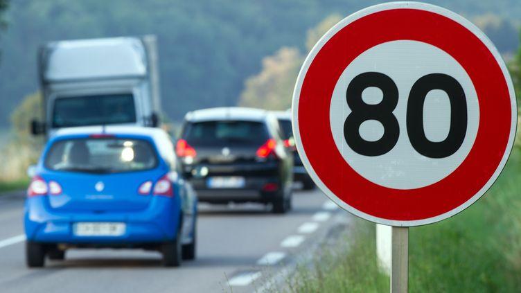 Des voitures passent devant un panneaude limitation de vitesse à 80 km/h, à Hyet (Haute-Saône) le 1er juillet 2015. (SEBASTIEN BOZON / AFP)