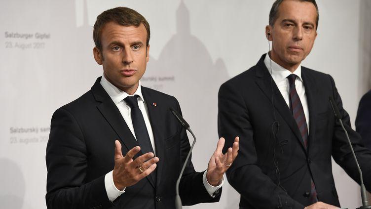 Emmanuel Macron et le chancelier autrichien Christian Kern lors d'une conférence de presse, mercredi 23 août 2017 à Salzbourg (Autriche). (BERTRAND GUAY / AFP)