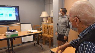 Jean-Claude, atteint de la maladie d'Alzheimer, joue au jeu X-TORP grâce à l'association France Alzheimer Sarthe. (SANDRINE ETOA-ANDEGUE / FRANCEINFO)