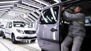 Une ligne de production de l'usine Renault à Maubeuge. (ETIENNE LAURENT / EPA)