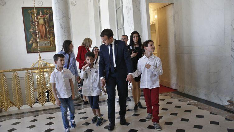Emmanuel Macron fait visiter le palais de l'Elysée à des enfants autistes dans le cadre du lancement de la concertation préalable à la mise en place du 4e plan autisme, jeudi 6 juillet 2017. (THIBAULT CAMUS / AFP)