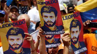 Des manifestants brandissent des affiches de l'opposant politique Leopoldo Lopez, à Caracas au Venezuela, le 9 juillet 2017. (ANDRES MARTINEZ CASARES / REUTERS)