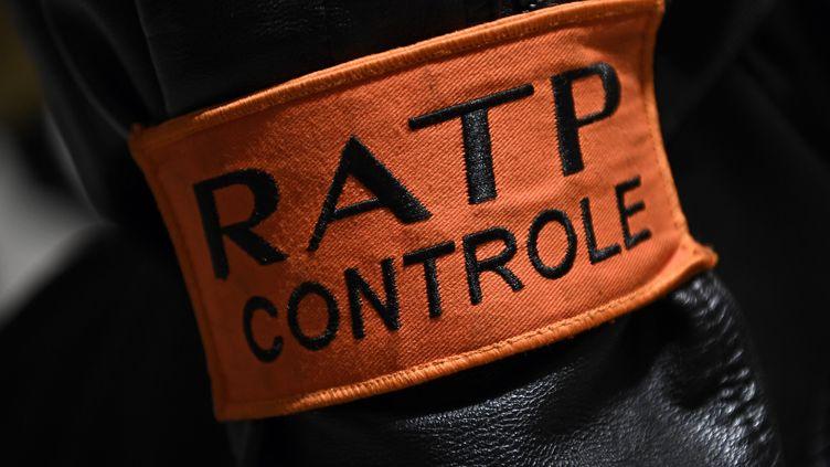 Raphaël Godechot affirme avoir été frappé par des agents de la RATP, vendredi 17 novembre, alors qu'il filmait un contrôle, selon lui litigieux, d'un autre voyageur. (Photo d'illustration) (CHRISTOPHE ARCHAMBAULT / AFP)
