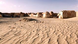 """Les décors de Mos Espa, village de la saga """"Star Wars"""", àOng Jmel, dans le sud de la Tunisie, le 5 avril 2013. (NOOR / AFP)"""