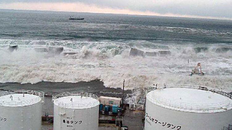 L'arrêt des systèmes de refroidissement de secours des réacteurs nucléaires entraînent la fusion du cœur dans trois réacteurs et des rejets radioactifs dans l'air. Le gouvernement japonais annonce l'état d'urgence nucléaire. Des milliers  personnes sont évacuées. (AFP/TEPCO VIA JIJI PRESS)