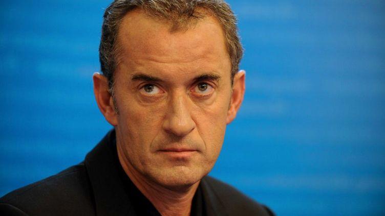 """Christophe Dechavanne lors du lancement de l'opération """"Sortez couverts !"""" dans les universités, à Paris, le 23 novembre 2009. (HADJ / SIPA)"""