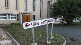 """L'abbaye Sainte-Croix de Saint-Benoît à côté de Poitiers, où étaient en partie menés les essais cliniques """"sauvages"""" sur 350 patients atteints de la maladie de Parkinson etAlzheimer. (GUILLAUME SOUVANT / AFP)"""