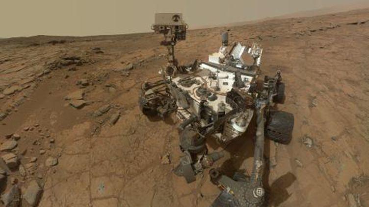 """""""Autoportrait"""" du robot Mars Curiosity réalisé à l'aide de dizaines de clichés pris par l'appareil, sur Mars, le 22 mai 2013. (HO / NASA)"""