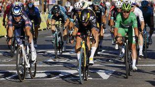 Wout van Aert s'offre une victoire de prestige, au sprint, sur les Champs-Elysées. (THOMAS SAMSON / AFP)
