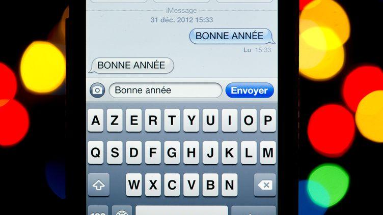 Lors des premières heures de 2013,un total de 1,4 milliard de SMS avaient été envoyés en France, selon les données réunies des quatre principaux opérateurs français. (LIONEL BONAVENTURE / AFP)