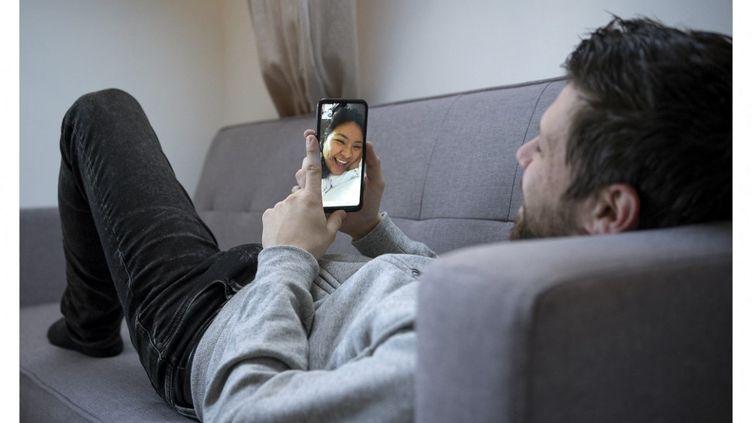 Un jeune Français discute avec sa compagne péruvienne, àLa Varenne-Saint-Hilaire (Val-de-Marne), le 26 février 2021. (FRANCK RENOIR / HANS LUCAS / AFP)