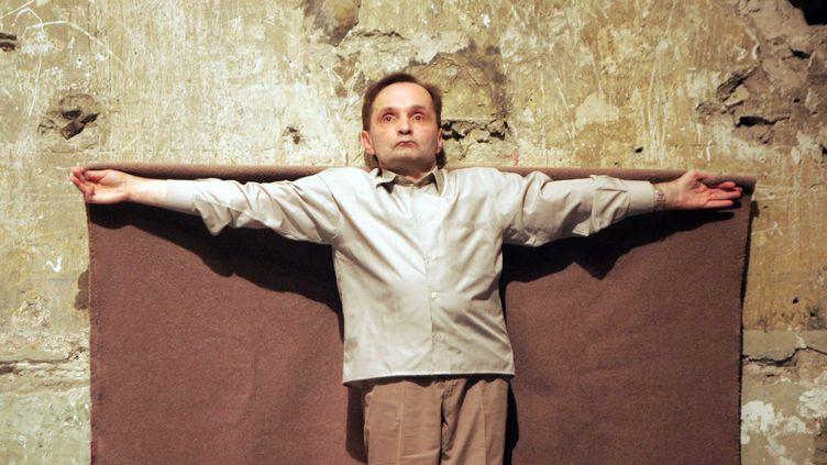 """Le danseur et chorégraphe Raimund Hogherépète le spectacle """"36 avenue Georges Mandel"""" au festival d'Avignon, le 15 juillet 2007 (MICHEL GANGNE / AFP)"""