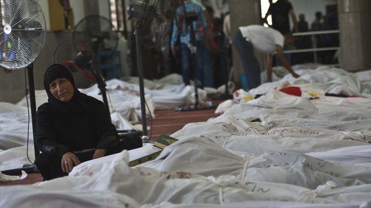 Une Egyptienne pleure la perte de sa fille dans une mosquée du Caire, en Egypte, jeudi 15 août 2013. (KHALED DESOUKI / AFP)