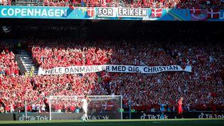 Le public danois a rendu hommage à Christian Eriksen lors de la recontre Danemark-Belgique le 17 juin 2021. (WOLFGANG RATTAY / POOL)
