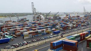 Chaque mois, une centaine de bateaux et pétroliers se présentent à l'entrée du port de Lagos, engorgé par des centaines de conteneurs abandonnés sur place suite à des contentieux juridiques. (PIUS UTOMI EKPEI / AFP FILES)