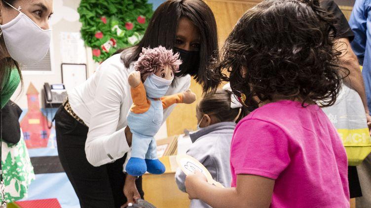 Une éducatrice et une élève dans une école maternelle à Harbor City, Californie (Etats-Unis), le 16 août 2021. (MAXPPP)