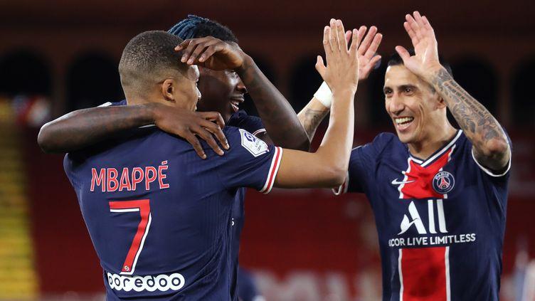 Kylian Mbappé félicité par Angel Di Maria (VALERY HACHE / AFP)