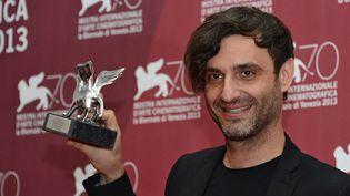 """Le réalisateur grec Alexandros Avranas reçoit un Lion d'argent du meilleur réalisateur pour """"Miss Violence"""" (9 septembre 2013)  (Ekaterina Chesnokova / Ria Novosti / AFP)"""