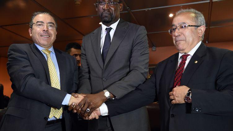 Hamdi Mongi, dirigeant de la MINUSMA,Abdoulaye Diop, ministre malien des Affaires étarngères et son homologue algérienRamtane Lamamra, le 19 février 2015 à Alger (Algérie). (FAROUK BATICHE / AFP)