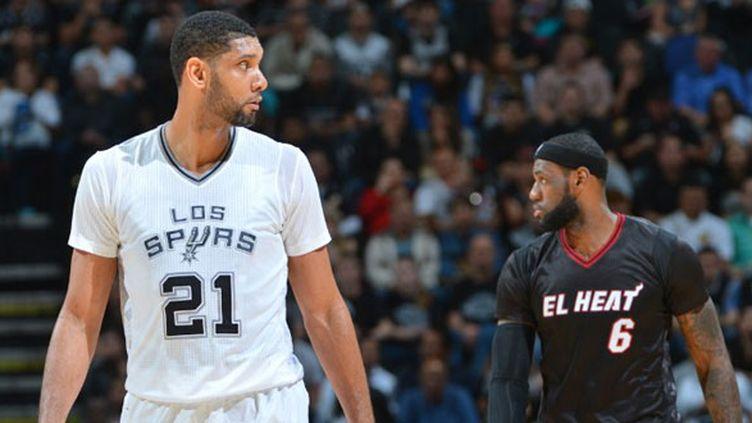 Le joueur des Spurs Tim Duncan devant la star du Heat, LeBron James