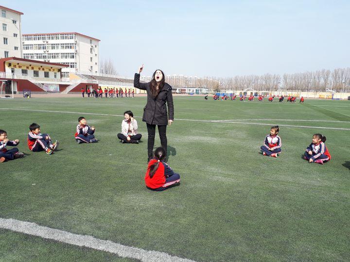 Du sport en français lors d'un cours mené par Manon Parquetdans une école franco-chinoise, de la banlieue de Pékin. (DOMINIQUE ANDRÉ / RADIO FRANCE)
