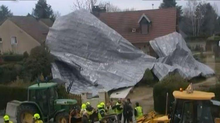 Capture d'écran - 24 décembre 2013une maison de Sennecey-le-Grand (Saône-et-Loire) enveloppée par la toiture d'un collège qui s'estenvolée avec la force du vent (FRANCE 3 BOURGOGNE / FRANCETV INFO )