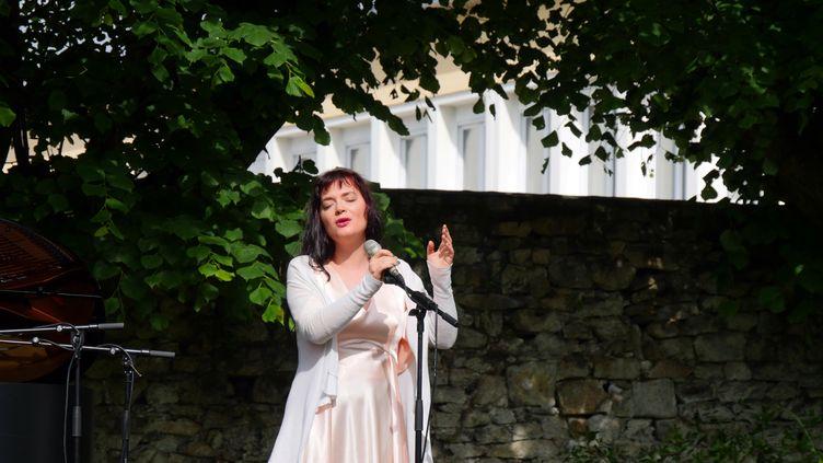La chanteuseElina Duni en concert dans un jardin de Coutances dans le cadre du festival Jazz sous les pommiers, le 31 mai 2019 (Annie YANBEKIAN)