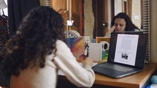 En raison de la pandémie de Covid-19, les lycéens doivent suivre leurs cours en ligne, à la maison, jusqu'à une reprise en demi-jauge le 3 mai 2021. (RACHEL COTTE / HANS LUCAS)