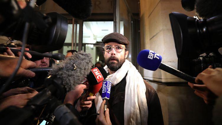 L'agriculture Cédric Herrou, le 4 janvier 2017, à la sortie du tribunal correctionnel de Nice. (VALERY HACHE / AFP)
