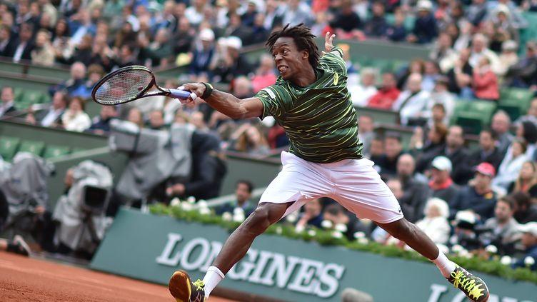 Le Français Gaël Monfils contre le Suisse Roger Federer en huitième de finale de Roland-Garros, dimanche 31 mai. (PASCAL GUYOT / AFP)