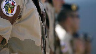 Des soldats de l'opération Serval au Mali écoutent le ministre de la Défense, Jean-Yves Le Drian, prononcer un discours, le 31 décembre 2013 à Gao (Mali). (JOEL SAGET / AFP)