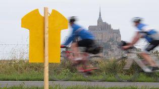 Des cyclistes amateurs prèsdu Mont Saint-Michel (Manche), site du départ du Tour de France, le 29 juin2016. (KENZO TRIBOUILLARD / AFP)