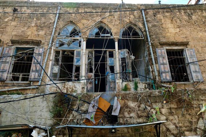 Les stigmates de la double explosion au sein du quartier populaire de Khan Dak al Ghamik, dans la capitale libanaise. (NATHANAEL CHARBONNIER / FRANCE-INFO)