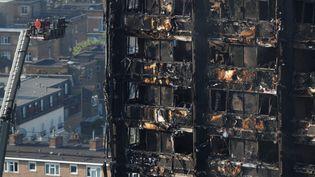 Vue aérienne de l'immeuble ravagé par un incendie dans l'ouest de Londres (Royaume-Uni), le 15 juin 2017. (PETER NICHOLLS / REUTERS)