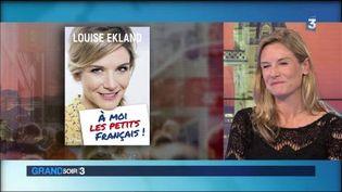 Louise Ekland et la couverture de son livre A moi les petits Français (France 2)
